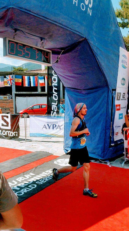 Łukasz Baranow na mecie Olympus Marathon