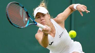 Magda Linette podczas Wimbledonu 2021.