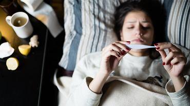 Grypa atakuje niespodziewanie. Chory traci siły, nie może się ruszać, bolą go mięśnie i stawy. Do zmęczenia oraz osłabienia dochodzą jeszcze ból głowy, gorączka (nawet 40 stopni) i kaszel, który często utrudnia oddychanie