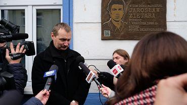 Jacek Ziętara, brat dziennikarza Jarosława Ziętary, przed tablicą upamiętniającą reportera