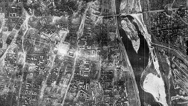 Fragment niemieckiego zdjęcia lotniczego centrum Warszawy wykonanego 28 grudnia 1944 r. Duże jasne pole w środku kadru to pl. Piłsudskiego, a z jego lewej strony - Ogród Saski.