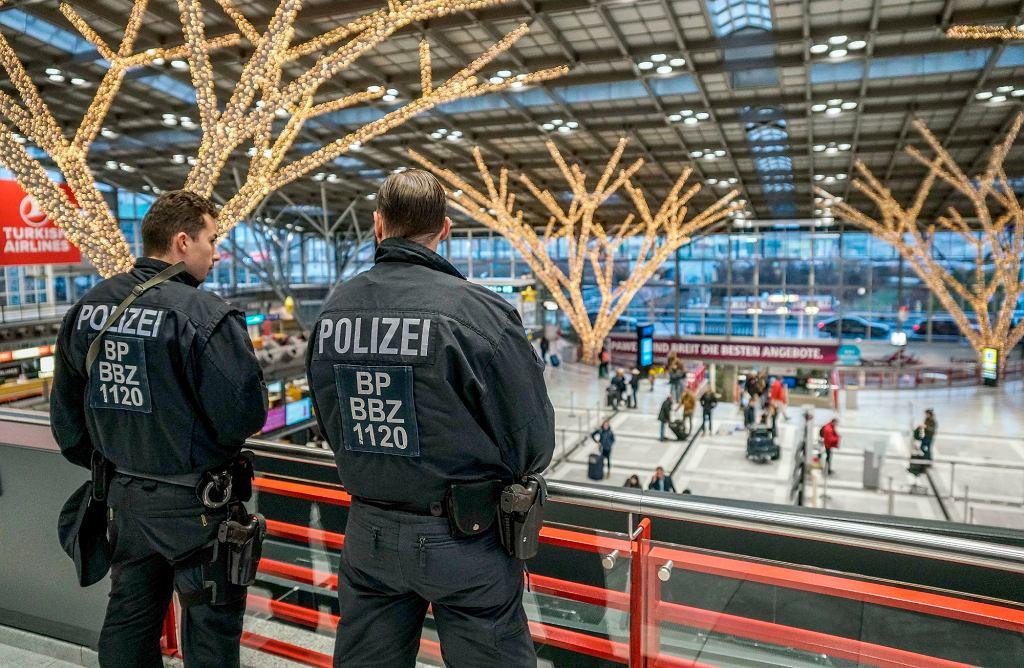 Niemiecka policja na lotnisku w Stuttgarcie 20 grudnia
