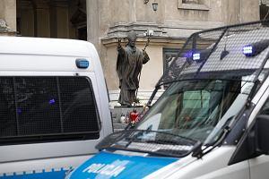 Polsat News: warszawska policja przez 24 godziny na dobę pilnuje kościołów i mieszkań posłów PiS