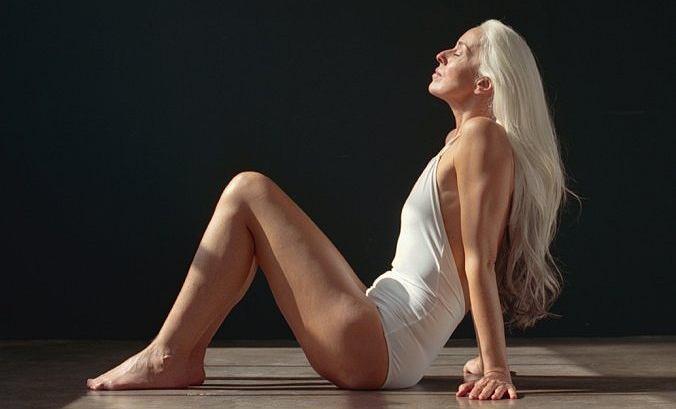 Yasmina Rossi w kampanii mody plażowej Land of Women x The Dreslyn