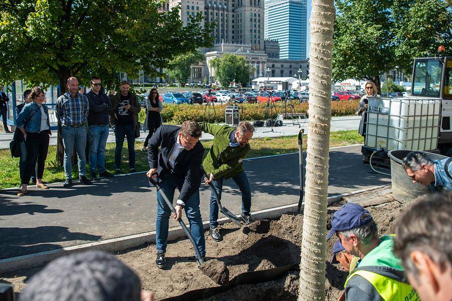 Początek zazieleniania centrum Warszawy. Na zdjęciu Rafał Trzaskowski i Michał Olszewski
