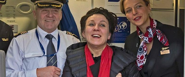 Tokarczuk wróciła do Polski. Na lotnisku zorganizowano salut wodny