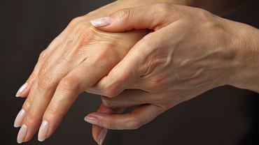 Drżenie rąk może być m.in. objawem nadczynności tarczycy