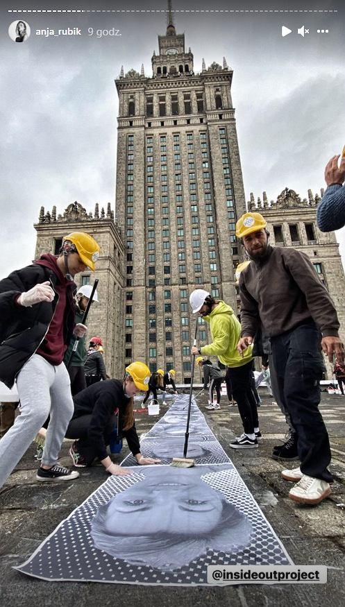 Anja Rubik relacjonowała projekt Inside Out na Pałacu Kultury w Warszawie