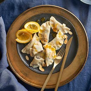 Pierogi z makiem i suszonymi morelami z sosem pomarańczowym