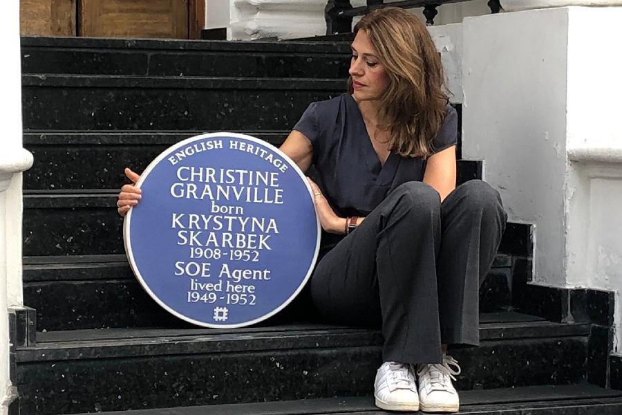 Clare Mulley z niebieską tablicą upamiętniającą zasługi Krystyny Skarbek