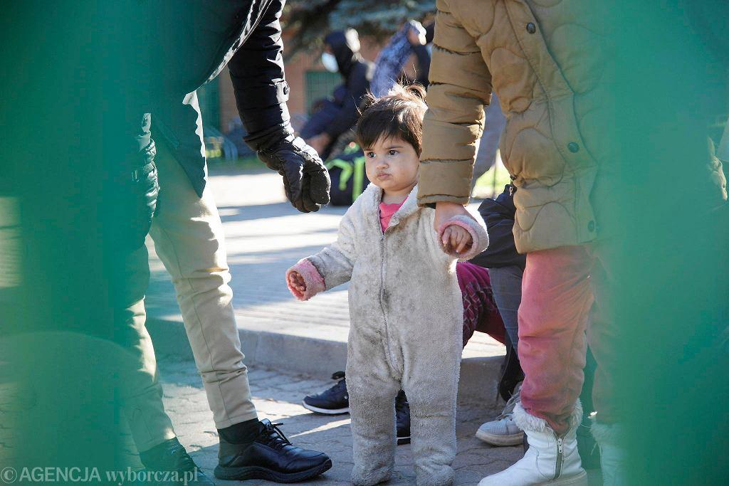 Gdzie są dzieci z Michałowa? - pyta w Polsce wiele osób. Na zdjęciu Agnieszki Sadowskiej z 27 września: uchodźcy pod placówką SG błagają, żeby nie wywozić ich na Białoruś