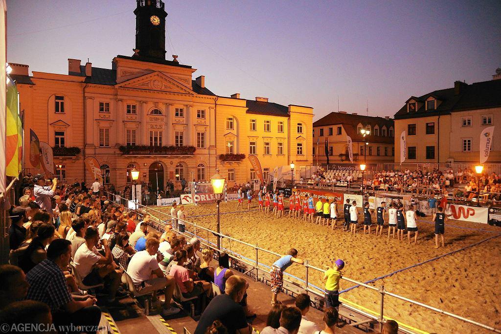Pierwszy z trzech dni plażowego szczypiorniaka na Starym Rynku. W piątek przy sztucznym oświetleniu zagrały ze sobą reprezentacje Polski i Norwegii kobiet i mężczyzn