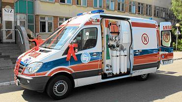 Karetka przed Górnośląskim Centrum Zdrowia Dziecka w Katowicach
