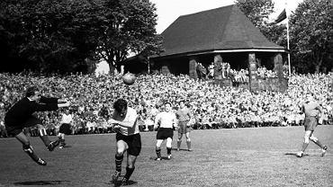 """Revierderby na starym stadionie Borussii """"Rote Erde"""" w sezonie 1956/57 Oberligi. BVB zdobyła wówczas swój drugi tytuł mistrzowski w historii"""