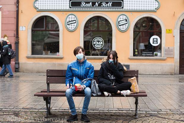 Zdjęcie numer 22 w galerii - Tłumy na Rynku we Wrocławiu. Spacery z jedzeniem na wynos i puszczanie baniek