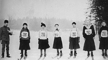 100 lat temu ekwipunek narciarki wyglądał tak. Dziś jest zdecydowanie cieplej i wygodniej. Kompletowanie sprzętu na stok trzeba zacząć od określenia swoich umiejętności narciarskich i potrzeb. Ważna jest też płeć i waga narciarza.