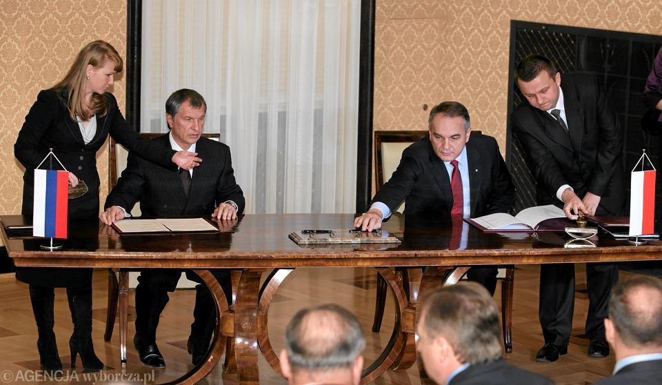 Minister Gospodarki Waldemar Pawlak i wicepremier Rosji Igor Sieczyn podczas  podpisania kontraktu gazowego, 2010 r.