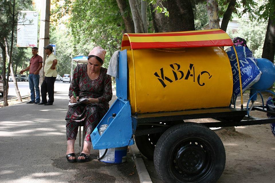 W Duszanbe jest bardzo gorąco, więc trzeba pić ze wszystkiego, co na twojej drodze