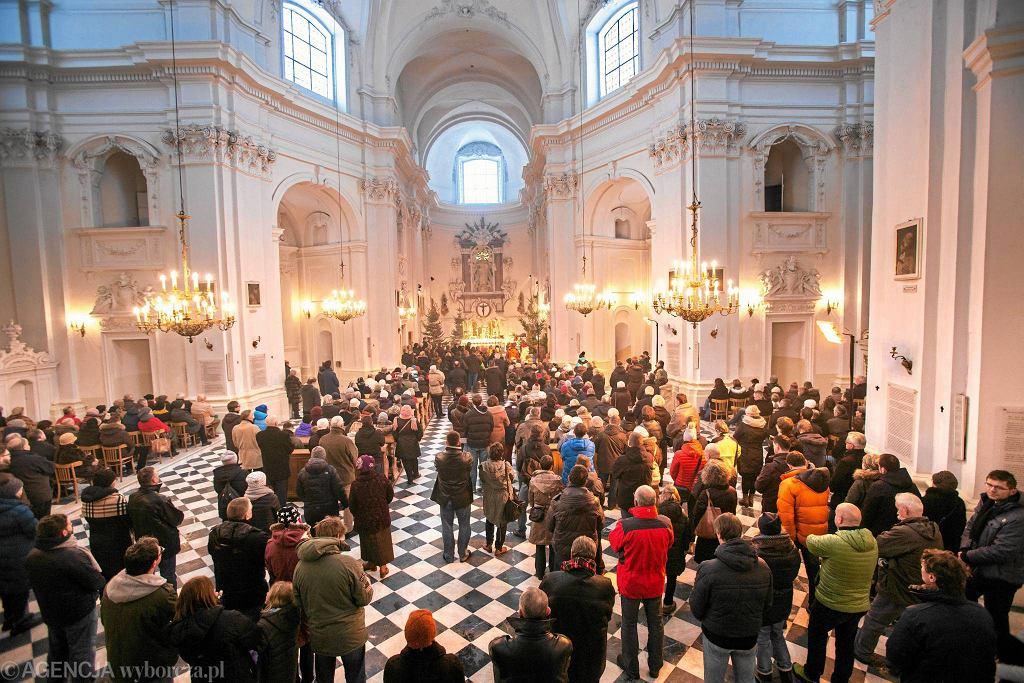 W mszach uczestnicy 40 proc. wiernych, do komunii przystępuje niewiele ponad 16 proc. - wynika z najnowszych danych Kościoła