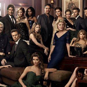 'Moda na sukces' była serialem najdłużej emitowanym w polskiej telewizji. W kilkudziesięciu sezonach widzowie zobaczyli w sumie 6047 odcinków. Na świecie są jednak 'tasiemce', w których liczba epizodów już dawno przekroczyła 10 tys., np. 'Żar młodości'