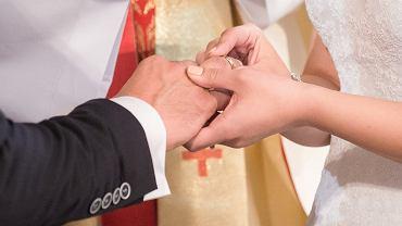 Przysięga małżeńska to punkt kulminacyjny i najdonioślejszy moment każdej ceremonii. Zdjęcie ilustracyjne