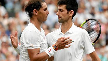 Rafael Nadal (z lewej) po przegrany półfinale Wimbledonu 2018. Z prawej Novak Djoković