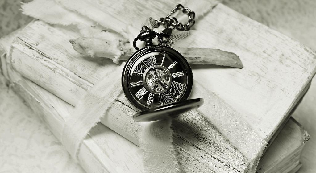 Motyw vanitas jest często przedstawiany z pomocą zegarów, klepsydr, czaszek czy uschniętych kwiatów
