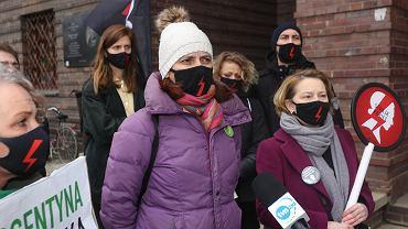 Konferencja prasowa wrocławskiego Strajku Kobiet pod Komendą Wojewódzką Policji