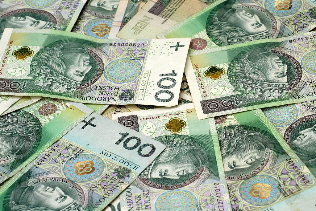 Polacy nie są zadowoleni z zarobków. Mają również problem z rozmawianiem o pensji