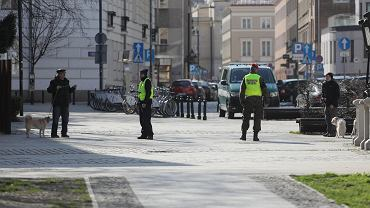 Policja i wojska patrolują ulice po wprowadzeniu obostrzeń dot. izolacji, w ramach walki z pandemią koronawirusa. Z domu można wyjść  jedynie do pracy, po zakupy, do lekarza, czy na krótki spacer z psem... Warszawa,1 kwietnia 2020