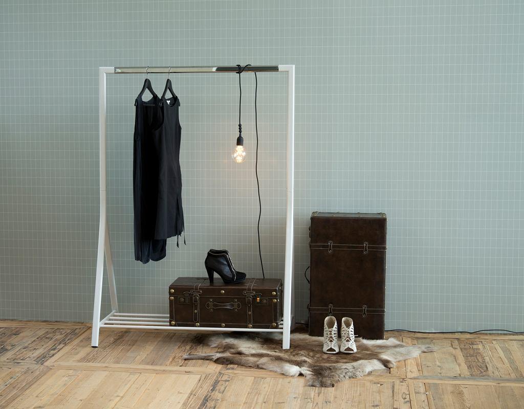 Klasyczny stojący wieszak na ubrania