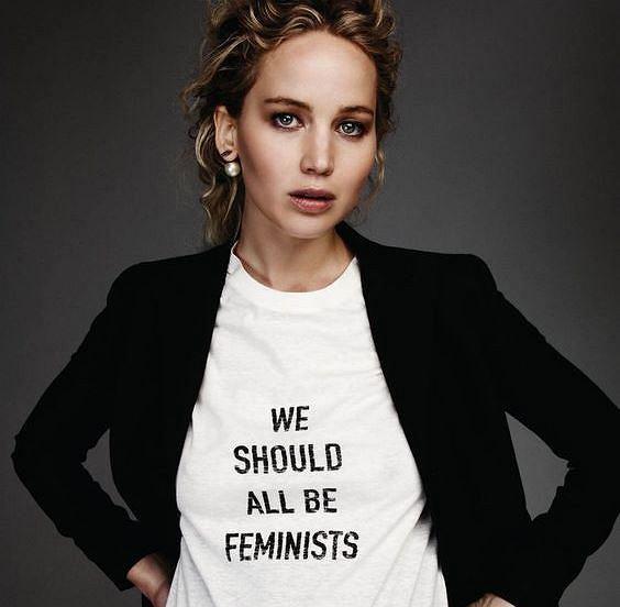 Aktorka Jennifer Lawrence w T-shircie z hasłem 'we should all be feminsts' , będącym częścią kampanii społecznej