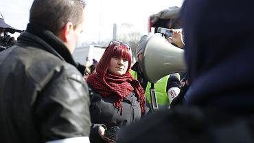 Protest antycovidowców w Warszawie. Zgromadzenie rozwiązane, ale uczestnicy nie odpuszczają