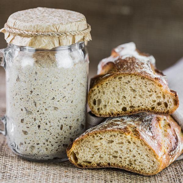 Jak upiec chleb na drożdżach, zakwasie i bez mąki. Proste przepisy dla zabieganych