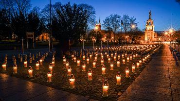 Pod Teatrem Dramatycznym w Białymstoku zapłonęły 363 znicze. Tylu mieszkańców Białegostoku zmarło z powodu pandemii w ciągu ostatniego roku