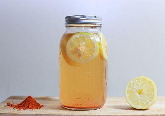Woda z pieprzem cayenne i cytryną