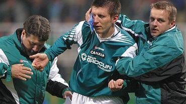 Jacek Jaroszewski (z prawej) udziela pomocy Grzegorzowi Rasiakowi. Z lewej Wojciech Spałek