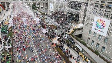 Maratończycy biegną przez centrum Tokio