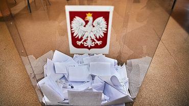 Urna wyborcza - wybory parlamentarne 2019. Obwodowa Komisja Wyborcza nr 212 w Łodzi, 13 października 2020