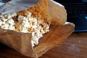 Zawsze zostają ci niepęknięte ziarenka popcornu? Wystarczy odpowiednio przygotować mikrofalę!