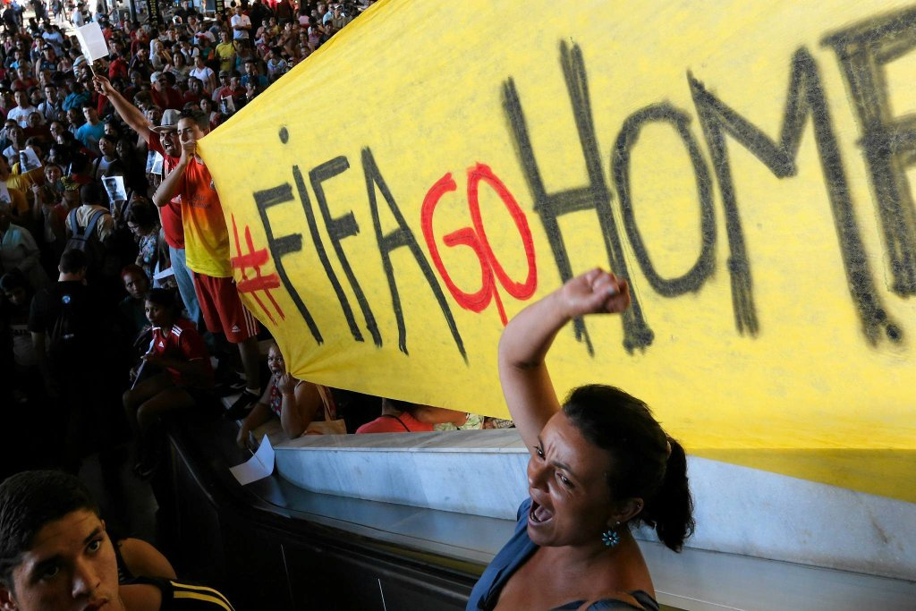 Mieszkańcy Brazylii od wielu miesięcy głośno wyrażają swoje oburzenie wobec kosztownych inwestycji przed mistrzostwami świata, a zaniedbywania spraw związanych z edukacją czy opieką zdrowotną.