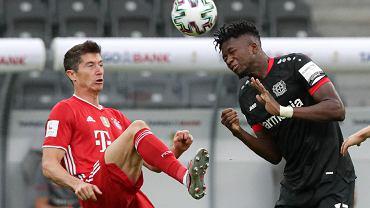 Robert Lewandowski i Edmond Tapsoba w meczu Bayern Monachium - Bayer Leverkusen