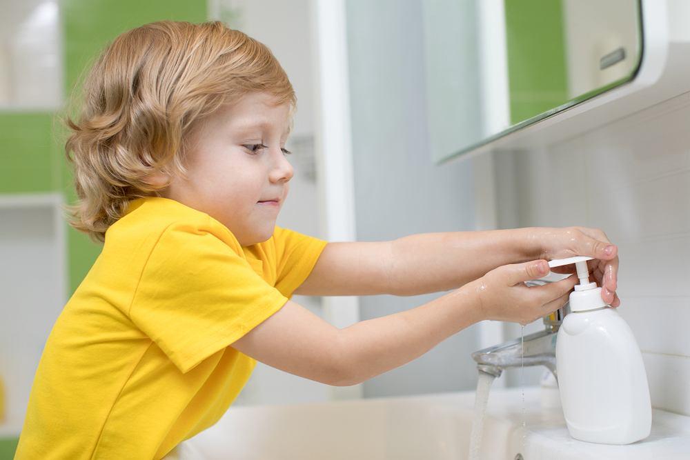 Choroba brudnych rąk to nie jedna choroba, a grupa schorzeń, które są przenoszone drogą pokarmową, zwykle poprzez zjedzenie zakażonych pokarmów i płynów. Tego typu jednostki chorobowe są związane z brakiem właściwej higieny, jedzeniem nieodpowiednio przygotowanych warzyw i owoców, brakiem mycia rąk.
