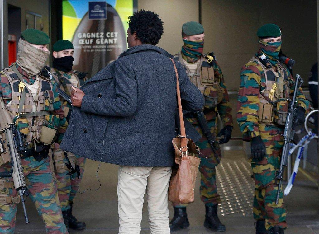 Od wtorkowych zamachów w Brukseli obowiązują podwyższone środki bezpieczeństwa. Na zdjęciu: żołnierze przeszukują pasażerów wchodzących na stację metra