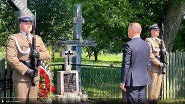 Prezydent Andrzej Duda w Zaleszanach na Białostocczyźnie oddał hołd prawosławnym, białoruskim ofiarom 'Burego'. Pod upamiętniającym je krzyżem ukląkł i w asyście wojskowej złożył wieniec