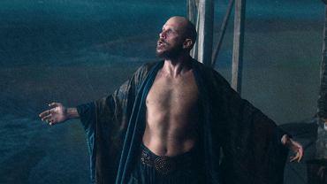 Gustaf Skarsgard jako Merlin