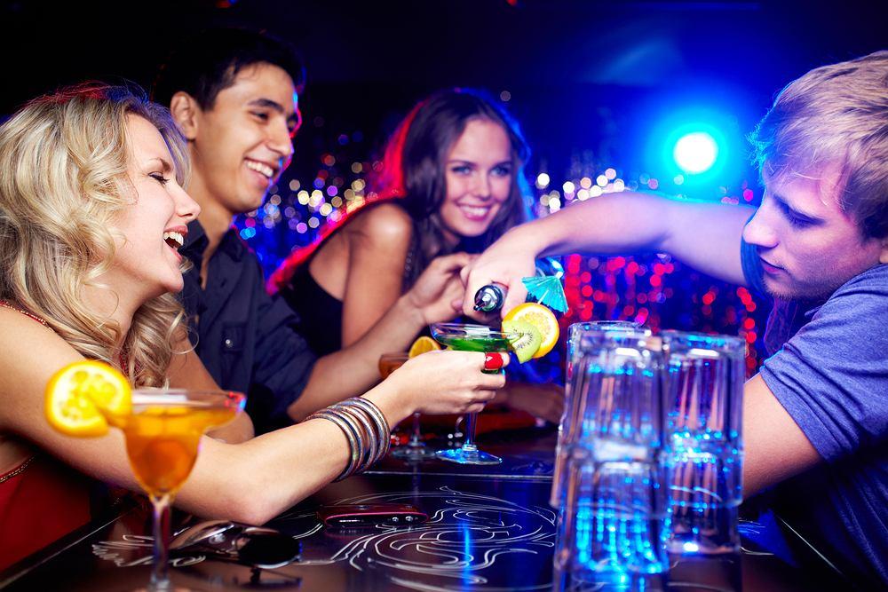 Kontakt z ludźmi w barze może pomóc w późniejszej karierze.