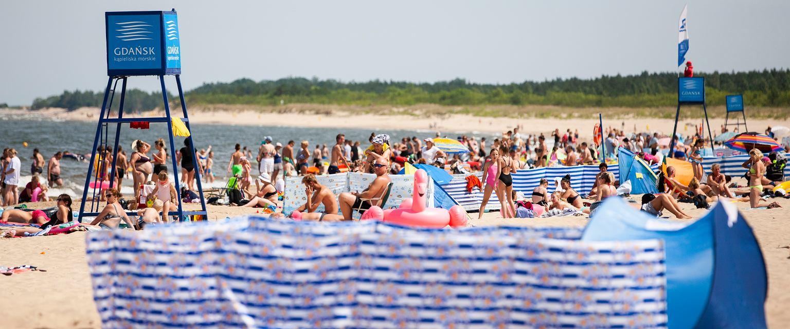 Ile śmieci trafia do białego nadbałtyckiego piasku? Coraz więcej (fot. shutterstock.com)