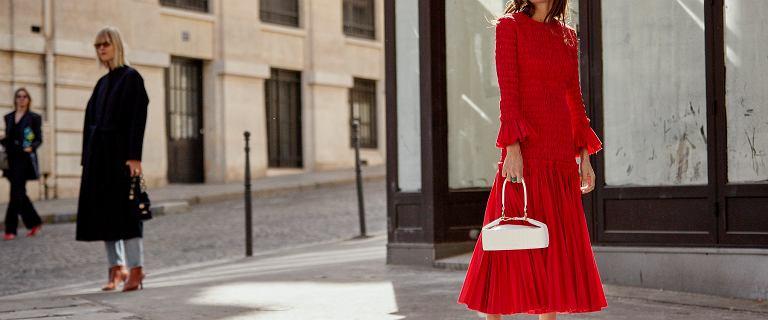 Te długie sukienki z letnich wyprzedaży są niesamowite! Kobiece modele za grosze