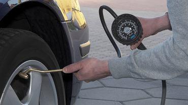 Ciśnienie w oponach możemy sprawdzić i uzupełnić prawie na każdej stacji benzynowej